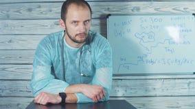 Medico caucasico sta dando le cattive notizie Sta scuotendo ansiosamente la sua testa stock footage