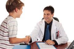 Medico che agita le mani fotografie stock