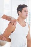 Medico che allunga un braccio del giovane Fotografia Stock Libera da Diritti