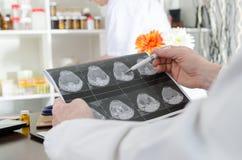 Medico che analizza una risonanza magnetica immagini stock libere da diritti