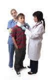 Medico che applica collare cervicale Fotografia Stock