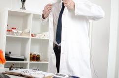 Medico che arriva nell'ufficio immagine stock