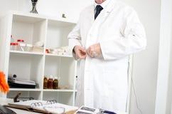Medico che arriva nell'ufficio immagini stock libere da diritti