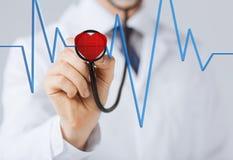 Medico che ascolta il battito cardiaco Fotografia Stock Libera da Diritti