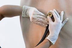 Medico che ascolta il paziente immagine stock libera da diritti