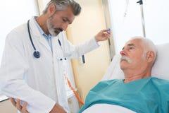 Medico che assiste paziente senior fotografia stock libera da diritti