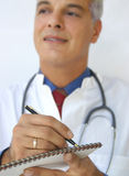 Medico che cattura le note Fotografie Stock Libere da Diritti