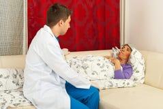 Medico che cattura temperatura all'anziano immagine stock libera da diritti