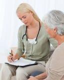 Medico che comunica con il suo paziente Fotografie Stock Libere da Diritti