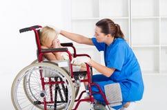 Medico che conforta paziente fotografia stock