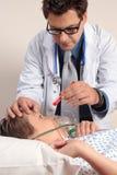 Medico che controlla gli occhi pazienti fotografia stock