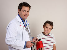 Medico che controlla pressione sanguigna Fotografie Stock