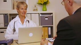 Medico che dà le pillole al paziente video d archivio
