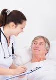 Medico che dà le prescrizioni Fotografia Stock
