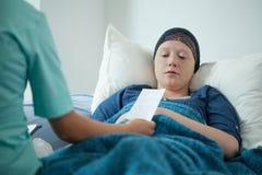 Medico che dà prescrizione paziente Immagine Stock