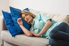 Medico che dorme durante il turno di notte Fotografia Stock