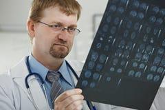 Medico che esamina esplorazione medica immagini stock