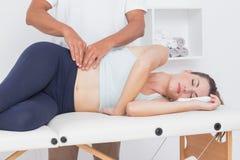 Medico che esamina il suo bacino paziente Immagine Stock