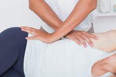 Medico che esamina il suo bacino paziente Immagini Stock