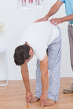 Medico che esamina la sua parte posteriore del paziente Fotografia Stock