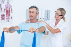 Medico che esamina la sua parte posteriore del paziente Immagine Stock Libera da Diritti