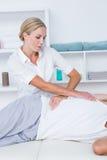 Medico che esamina la sua parte posteriore del paziente Immagini Stock
