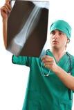 Medico che esamina raggi X Immagine Stock Libera da Diritti