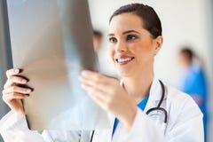 Medico che esamina raggi X Fotografia Stock Libera da Diritti
