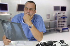 Medico che esamina raggi X fotografie stock libere da diritti