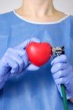 Medico che esamina un cuore Immagini Stock Libere da Diritti
