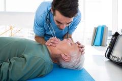 Medico che esegue rianimazione sul paziente Fotografie Stock