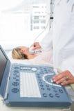 Medico che esegue ricerca di ultrasuono sul collo del paziente Fotografia Stock Libera da Diritti