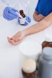 Medico che esegue una prova della puntura della pelle Immagine Stock Libera da Diritti