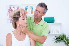Medico che fa adeguamento del collo Fotografie Stock