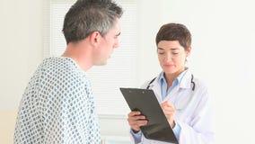 Medico che fa le domande al suo paziente stock footage