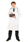 Medico che fa le note nel diagramma medico Fotografie Stock Libere da Diritti