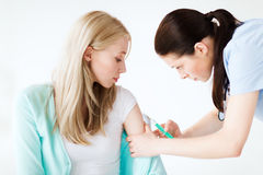 Medico che fa vaccino al paziente Fotografie Stock Libere da Diritti