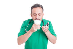Medico che ha una rottura che beve caffè fresco Immagini Stock