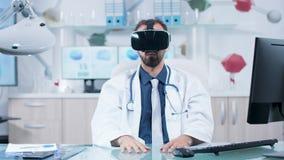 Medico che impara circa il cervello umano nello spazio 3D stock footage