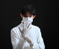 Medico che indossa un guanto del lattice Immagini Stock Libere da Diritti