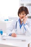 Medico che invita telefono Fotografia Stock Libera da Diritti