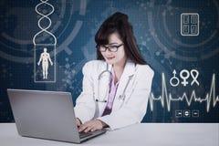 Medico che lavora al computer portatile in laboratorio 1 Fotografia Stock