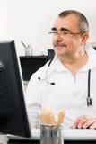Medico che lavora al PC Fotografia Stock