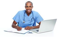 Medico che lavora con il computer Immagini Stock Libere da Diritti