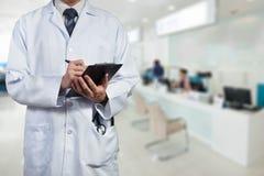 Medico che lavora con il grafico del clic Fotografia Stock Libera da Diritti