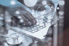 Medico che lavora con la compressa digitale ed il computer portatile Fotografie Stock Libere da Diritti