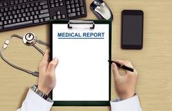 Medico che legge grafico medico Fotografia Stock