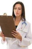Medico che legge le cartelle sanitarie Fotografie Stock Libere da Diritti