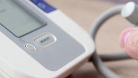 Medico che misura la pressione sanguigna del paziente video di 4k UltraHD stock footage