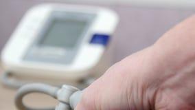 Medico che misura la pressione sanguigna video di 4k UltraHD video d archivio